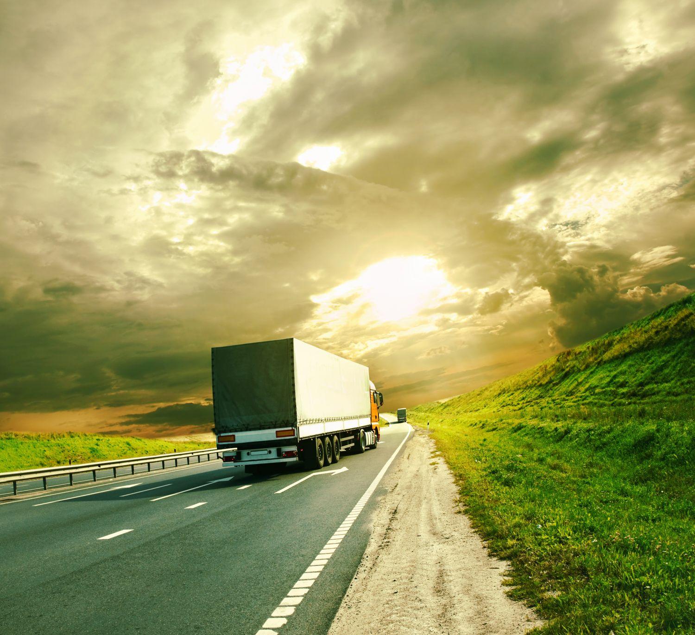 Ein Lkw auf der Autobahn; Thema: Schienengüterverkehr