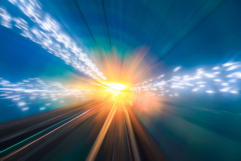 Gleise führen zur Sonne am Horizont