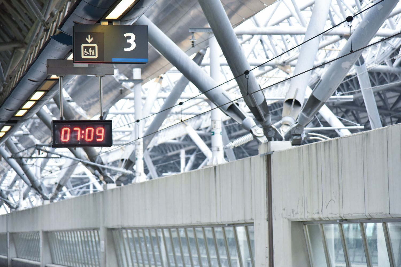 Fahrgastinformationsanzeige in einem Bahnhof