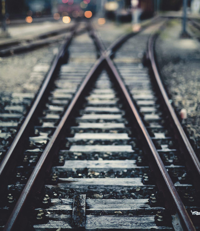 Weiche einer Eisenbahnschiene; Thema: Investitionen