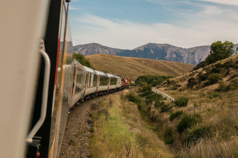 Ein Zug fährt durch die grüne Landschaft. Thema: Nachhaltige Mobilität