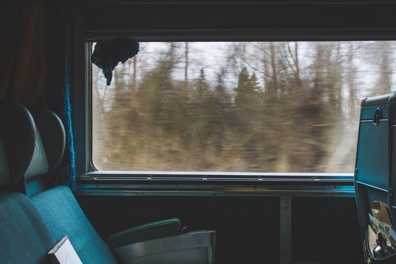 Aussicht durch ein Fenster aus einem Zugabteil. Thema: Travel Service