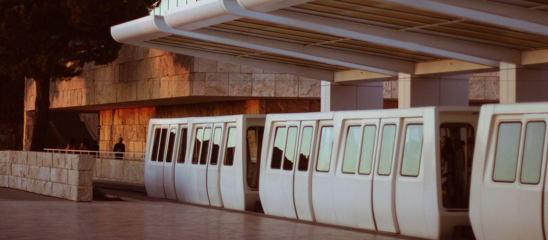 Einfahrender Zug in einem Bahnhof; Thema: Infrastruktur stärken
